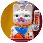 #Acessibilidade Foto de um brinquedo de gato da sorte chinês. Imagem para comprar a consulta holística. Ateliê Quartzo - Tarot, Terapias Holísticas e Reiki em Porto Alegre.