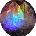 #Acessbilidade Imagem de um Cristal de Quartzo com reflexos Arco-Íris