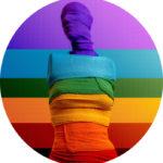 #Acessibilidade Manequim enfaixado com as cores do Arco-Íris