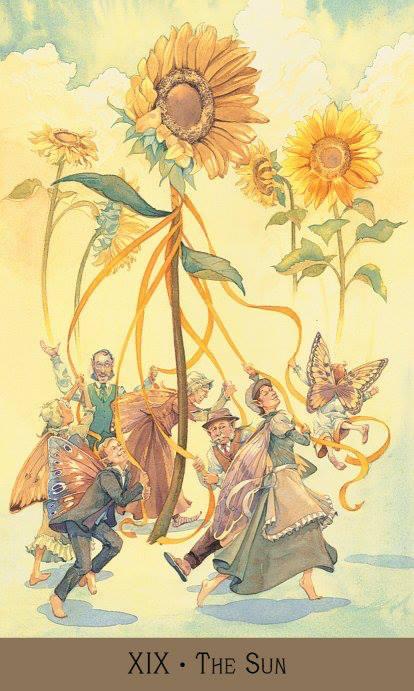 Carta do Sol no Tarot, retratada com fadas dançando em torno de um girassol