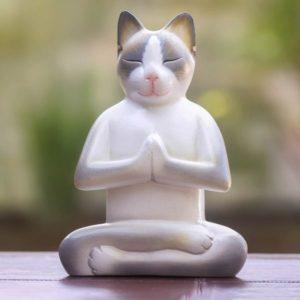 Imagem de um gato de porcelana meditando